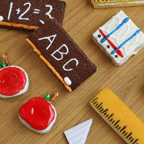 These adorable snacks will have the kids excited about the First Day of School in no time! Try our Notebook Fancy Cakes, Banana Twins Rulers, Blackboard Fudge Brownies, and Powdered Mini Donuts Apples!
